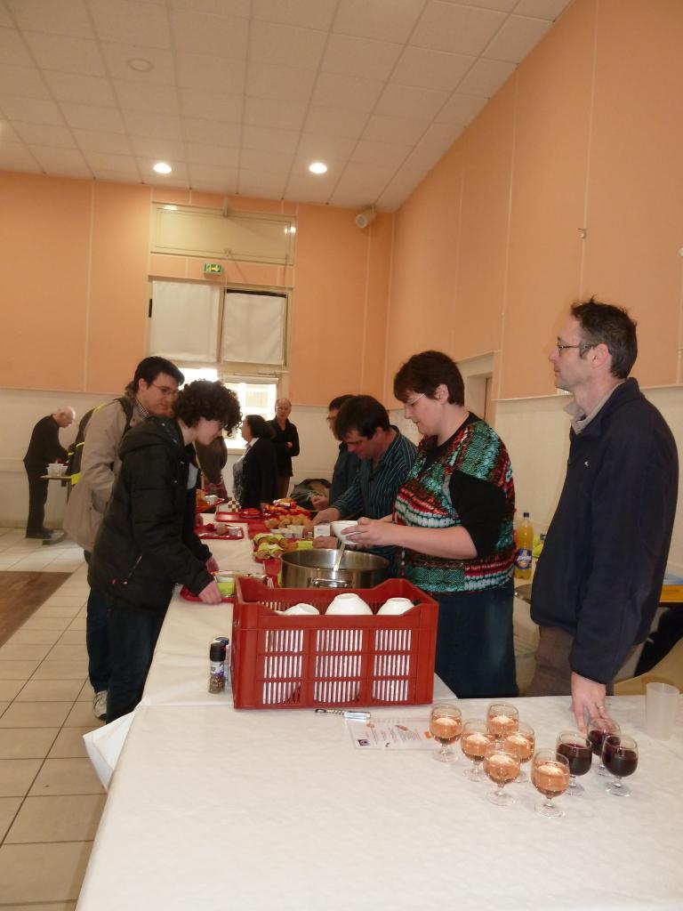 Repas du midi servi par les bénévoles